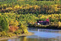 森林河畔红房子