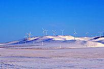 雪山上的风力发电厂的风机