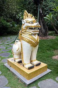 缅甸金狮雕像