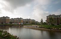 水边的多层建筑