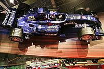 挂在墙上的蓝色方程式赛车