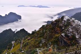 湖北神农架山峰上的长廊