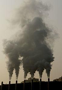 热电厂烟囱排出的烟雾