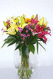 透明花瓶中的百合插花