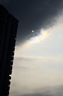 银色的太阳雨大夏剪影
