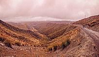 雨中的山脉