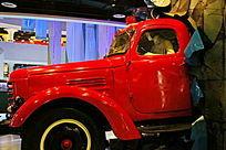 破墙而出的红色消防车
