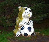 狗玩足球雕塑
