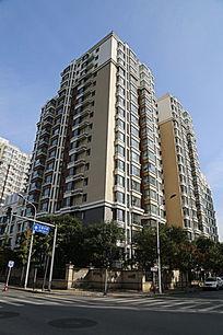 蓝天下高层小区建筑