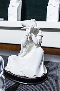 吹笛子的古装美女瓷像