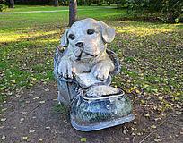 狗钻出鞋雕塑