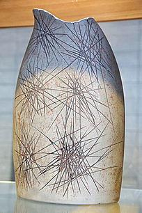 灰地线条纹瓷瓶