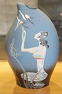 蓝地画少女图案小口瓷瓶
