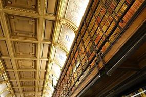 尚蒂伊城堡书房二层书架