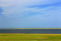 草原蓝色的湖泊