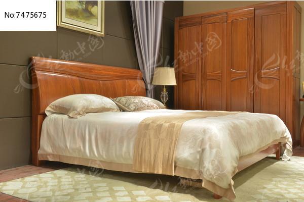 木板床衣柜台灯图片