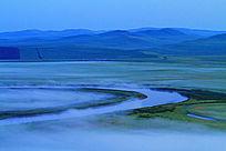 蓝色的草原河湾晨雾