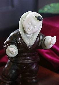 玉雕穿棉袄的小男孩
