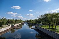 蓝天白云城市公园人工河