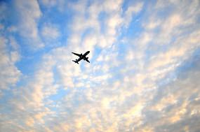 蓝天白云下的飞机