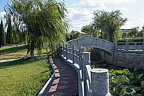 园林湖边休闲小路与石桥