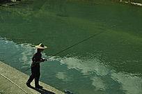 河边钓鱼的人