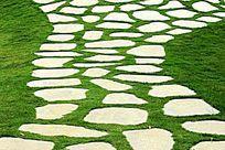 青草地石板路