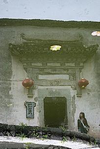 水中倒影的古代徽州门楼砖雕
