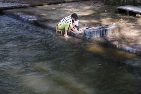 溪流洗衣女