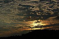黄昏下的云彩与山岭
