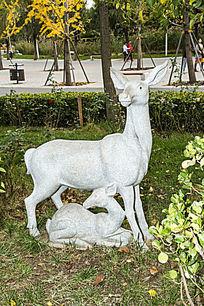 小鹿母子雕塑