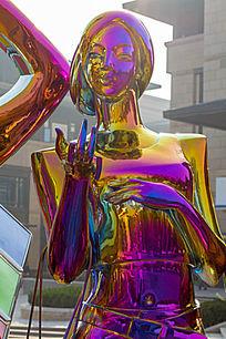 彩色女子雕塑