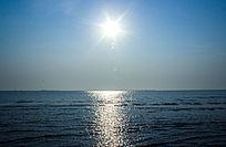海平面上耀眼的太阳