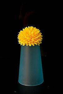 蓝色塑料杯上的菊花