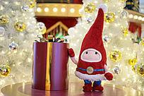 圣诞玩偶与礼物盒