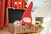 圣诞玩偶在箱子里