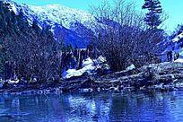 雪山下的湖