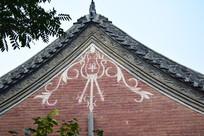 白色花纹装饰的老房子-古建筑摄影