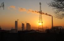 晨光中的信号塔烟囱与建筑中的高楼
