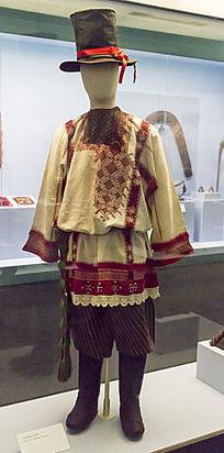 年轻男性的节日服饰