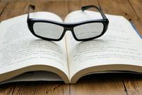桌面上的书和眼镜