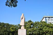 蓝天绿树中的毛主席雕像