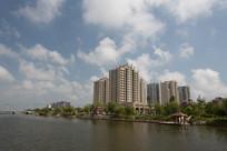水边的高层建筑