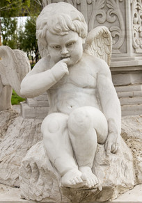 带翅膀的小孩塑像