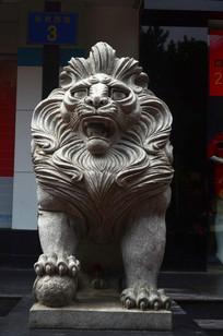 一尊凶猛的石狮雕塑