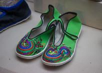 彝族绣花鞋