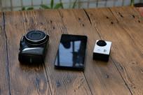 桌上的相机和手机