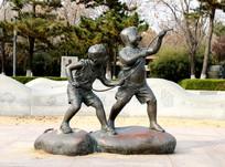公园里儿童嬉戏雕塑