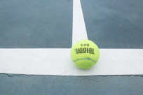 网球场边线上停留的网球