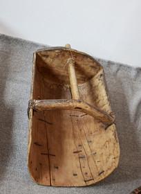 陈旧的木质簸箕